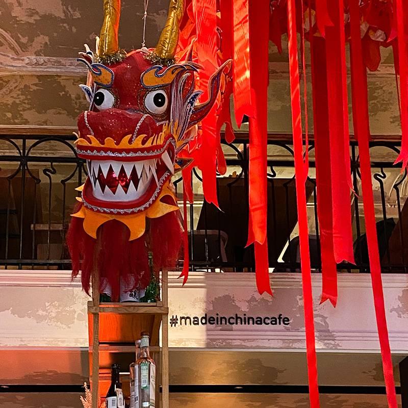 Красный дракон подпотолком Made in China