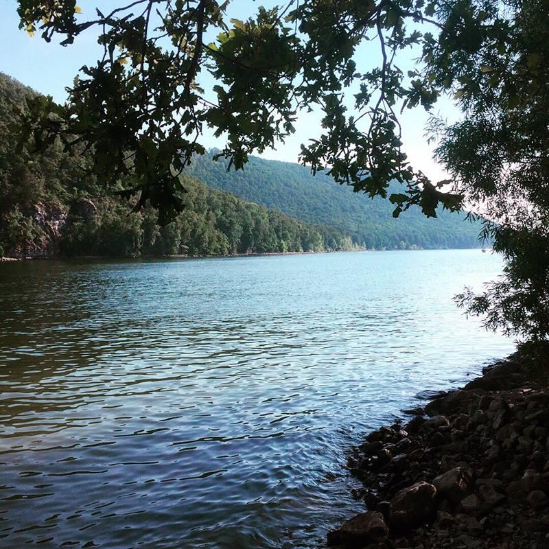 На Нугуш мы ездим несколько раз за лето: живем на турбазах и в палатках, купаемся и загораем