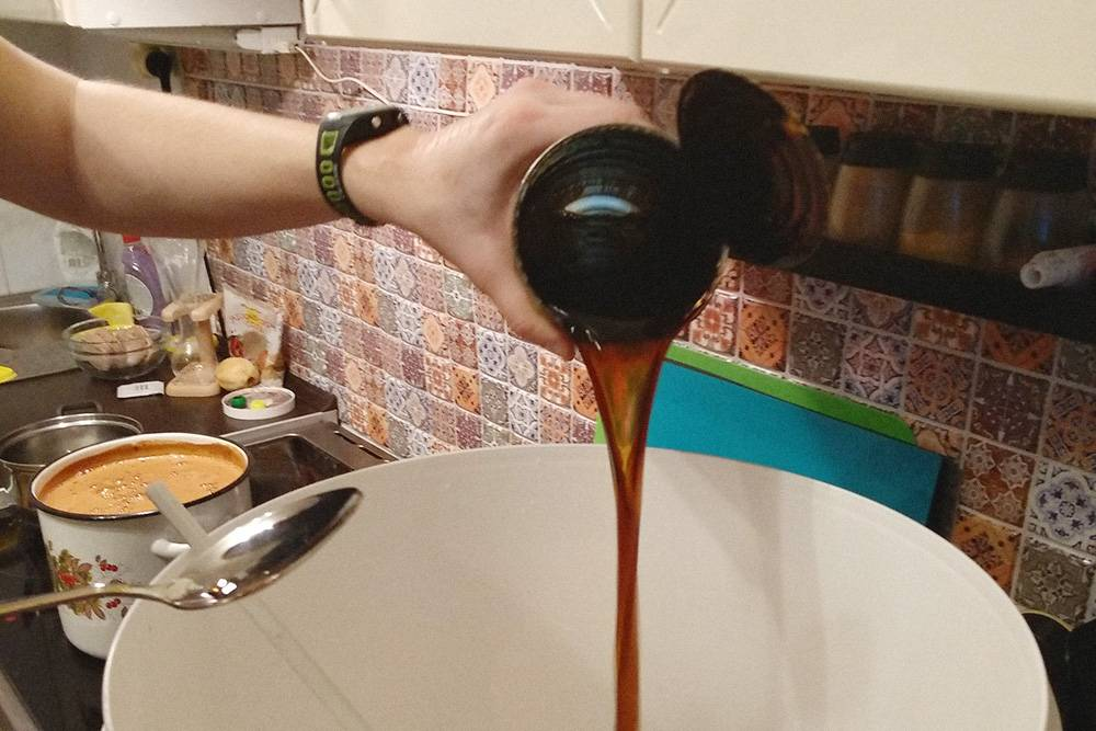 Я заливаю остаток охмеленного солода, пока в кастрюле на заднем плане готовится основа. Тут неважно, в каком порядке добавлять ингредиенты в чан, главное, чтобы в итоге смесь получилась однородной