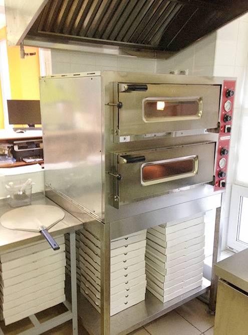 Итальянская подовая печь может выпекать около 48 пицц в час