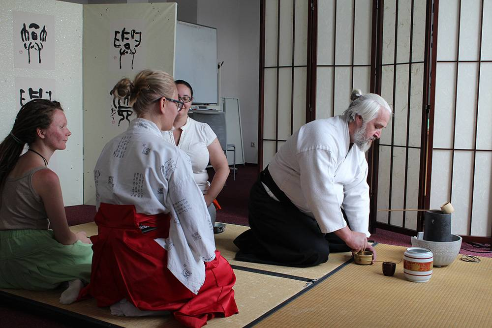 Владимир Кузнецов проводит чайную церемонию в отделе японской культуры. Обычно участники надевают на занятия свободную одежду: во время мероприятия нужно сидеть на коленях