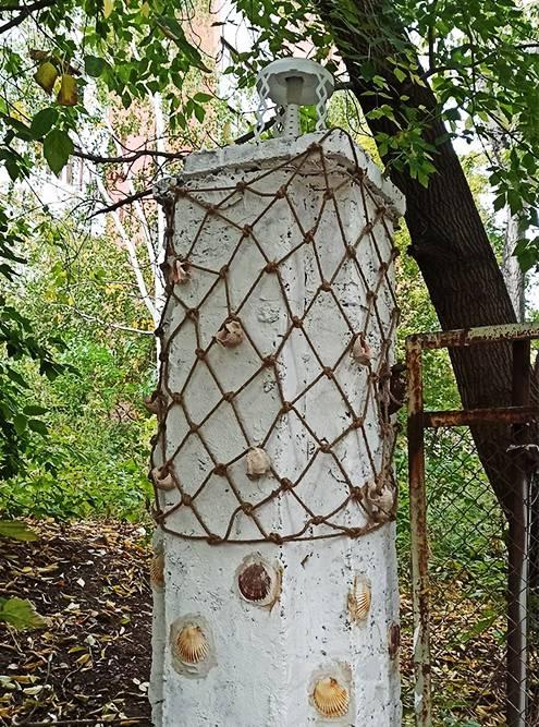 Столб привходе во двор художники стилизовали подмаяк