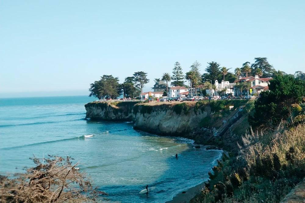 Санта-Круз — город для серферов и скейтеров. На фото — спуск к пляжу Cowell Beach по ступенькам с утеса