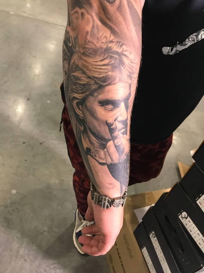 На руке у Андрея татуировка — портрет Олега Тинькова