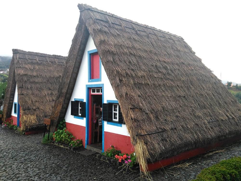 Так выглядят традиционные дома на Мадейре. Пожить в них не получится: теперь в таких только продают сувениры