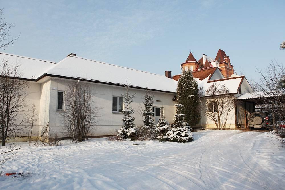 Так выглядел дом родителей в Минске. Его они строили в течение 15 лет. Башни на заднем фоне — это соседский коттедж