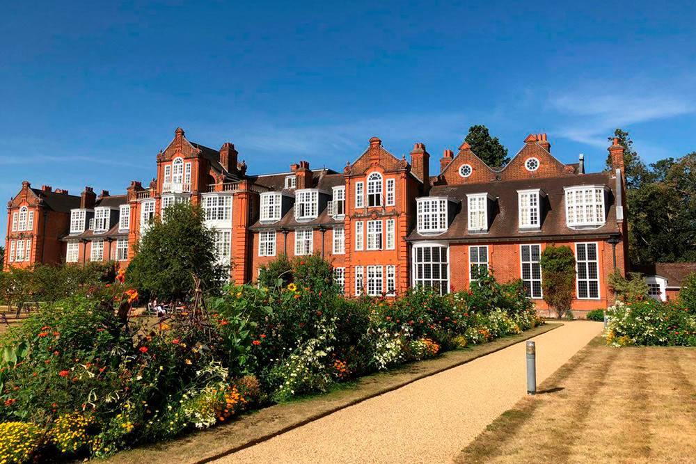 Ньюнэм-колледж: главное здание и один из жилых корпусов школы Studio Cambridge, в которой я учился