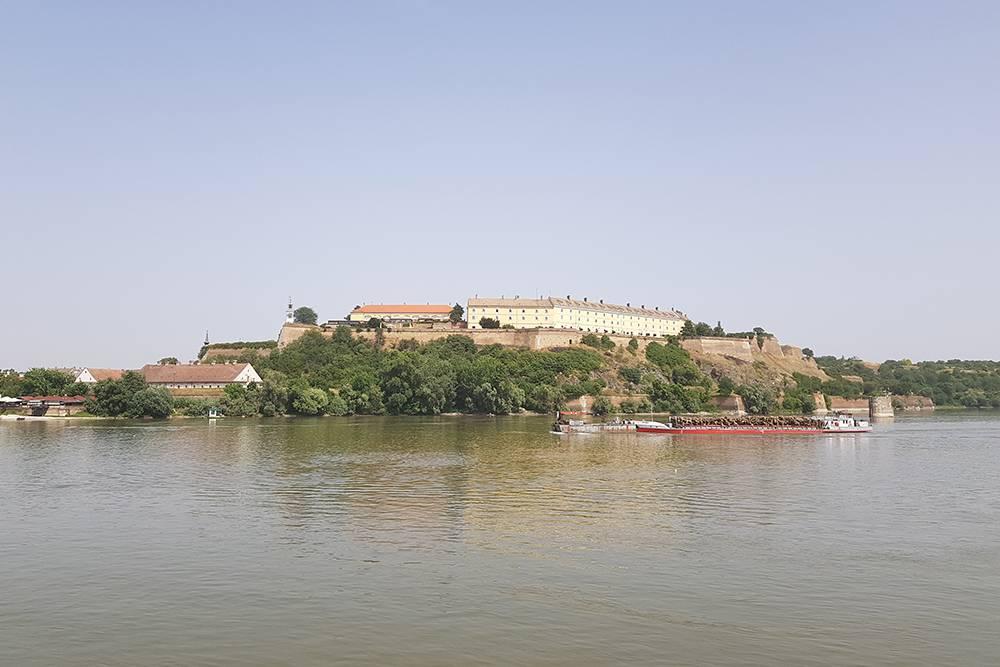 Лучшее место длясъемки крепости — на набережной у памятника жертвам резни 1942года