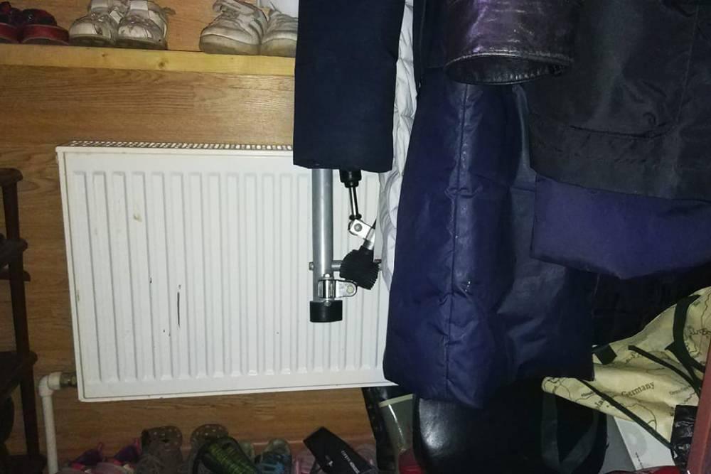 Радиатор в прихожей стоит подлестницей. Тамже висит верхняя одежда — она всегда сухая и теплая