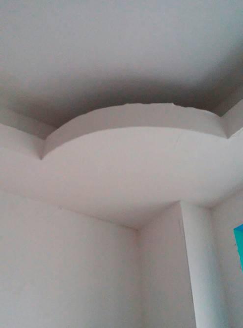 А такой потолок получился у другого горе-мастера. Закругленный элемент он вырезал безциркуля, на глаз. И один край вышел толще другого. Когда мастер ушел, муж сам разобрал эту конструкцию