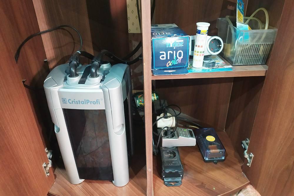 Оборудование спрятано втумбе инемешается. Слева внешний фильтр, справа внизу — компрессор итаймер длясвета