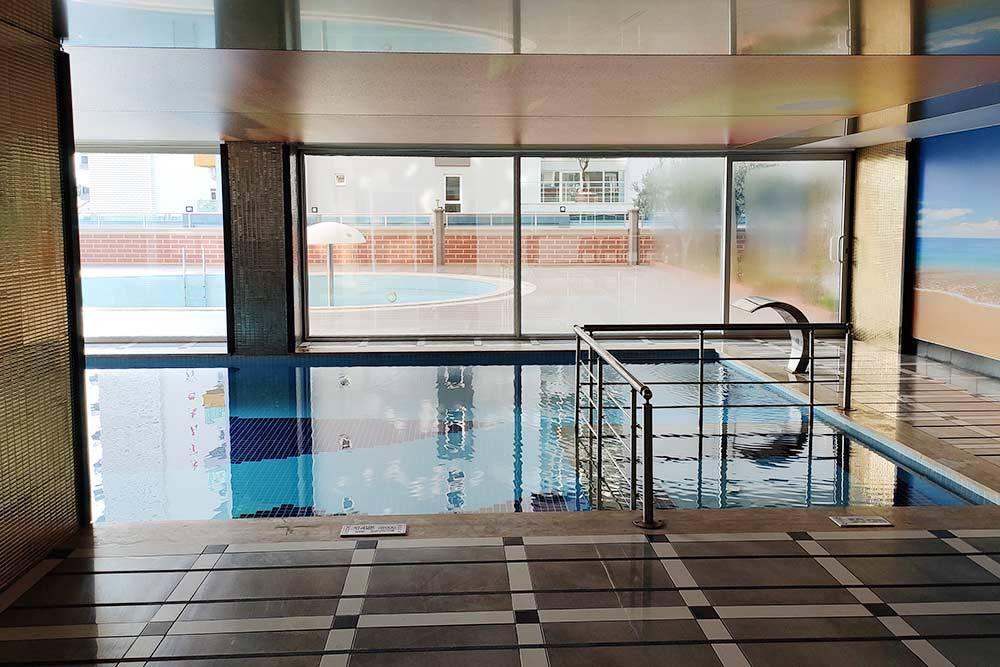 Это крытый бассейн, чтобы плавать зимой