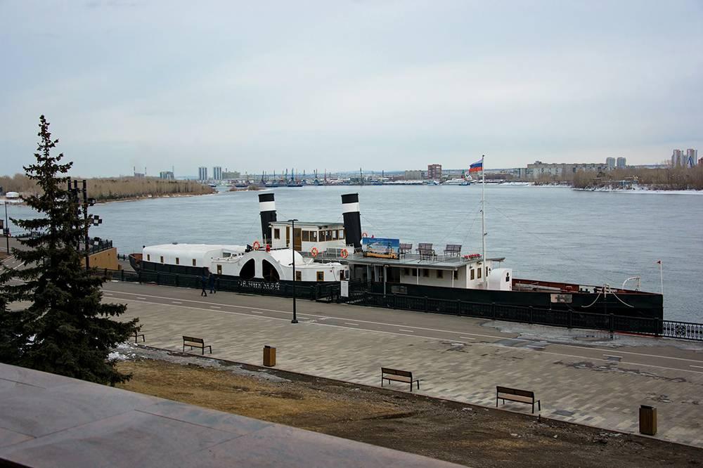 Пароход стоит у набережной Красноярска, он больше никогда не отправится в плавание. Егоустановили на железобетонные подставки и закрепили тросами. Источник: facebook.com