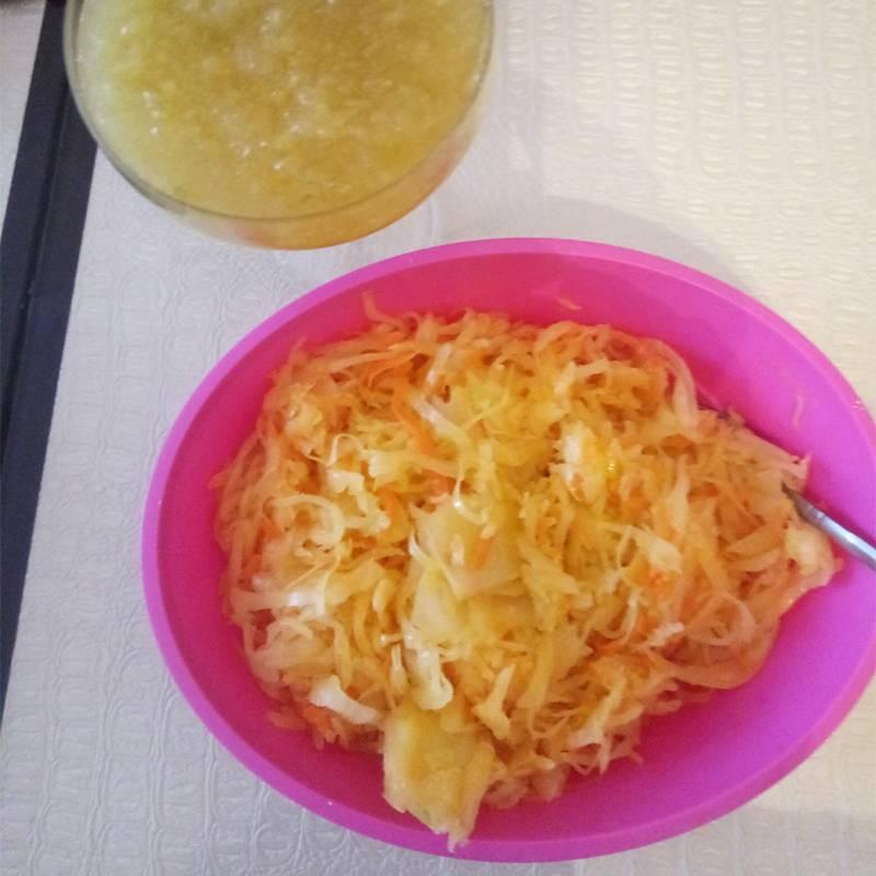 Это наши витаминчики — квашеная капуста и яблочно-лимонное варенье безварки. Всегда можно подойти и перекусить ими. Яблоки дляваренья — с дачи. На участке есть три хорошие яблони, плоды с них мы собирали вместе со свекровью и сестрой