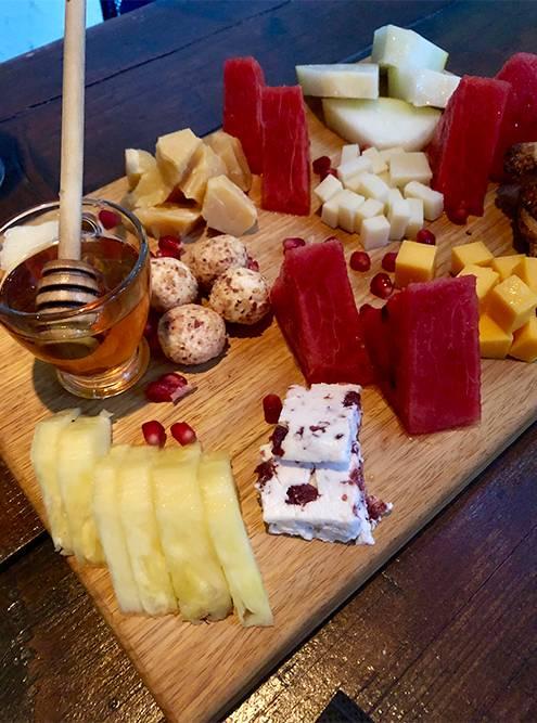 Сырно-фруктовая тарелка в баре Lab. за 17€