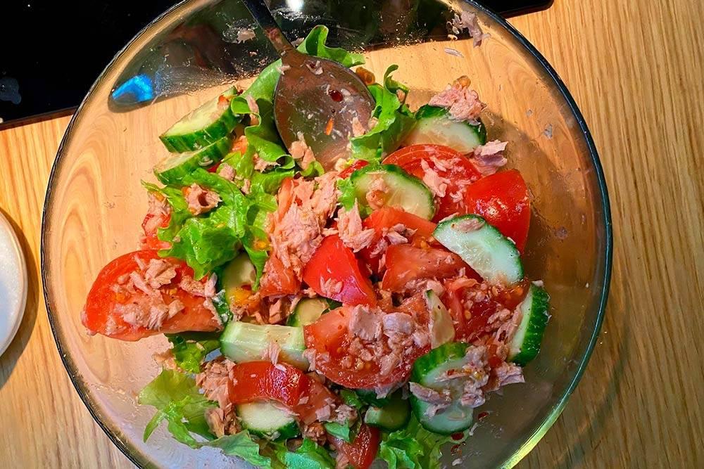 Такой салат с тунцом мы оба очень любим. Длялегкого ужина после очень плотного обеда — самоето