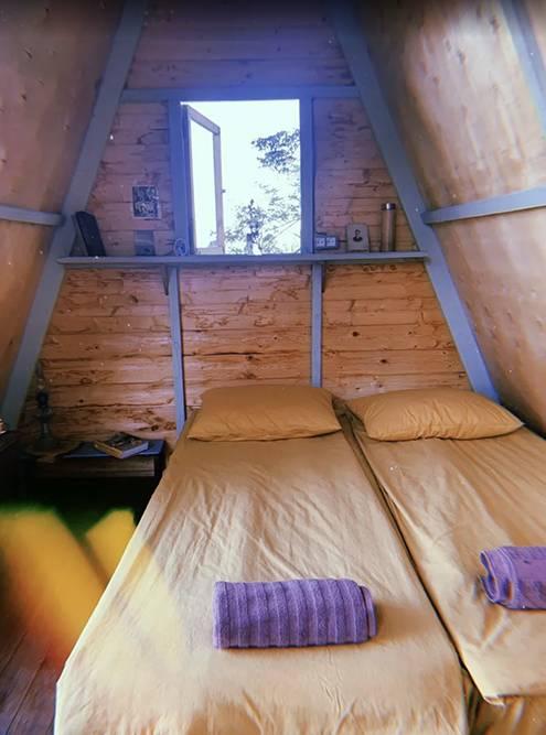 Внутри — кровать, свет и место, чтобы сложить вещи