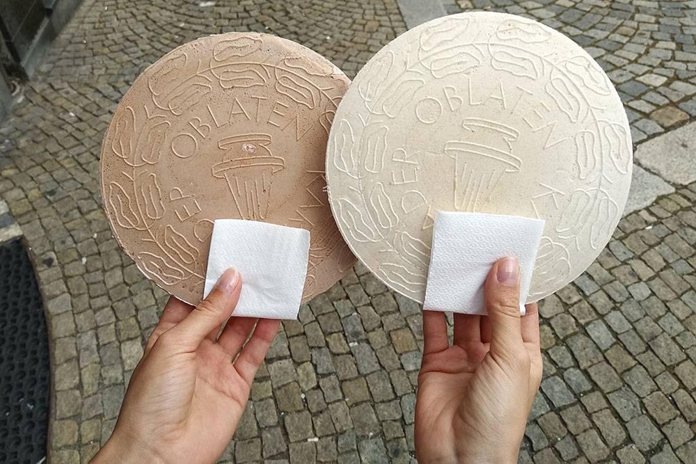 Это карловарские вафли — оплатки, их готовят на местной минеральной воде. На наших — надписи по-немецки. Оплатка стоит 8—10 Kč (22—28<span class=ruble>Р</span>). Можно купить упаковку из 6 штук за 40 Kč (112<span class=ruble>Р</span>)