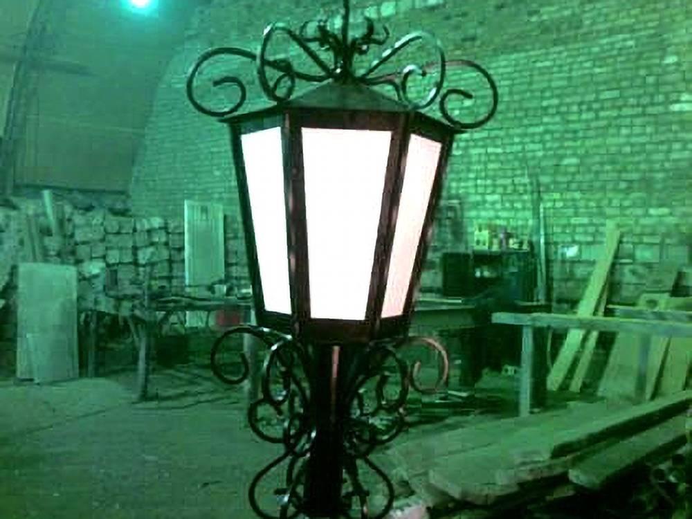 Сваренный кованый фонарь для улицы города