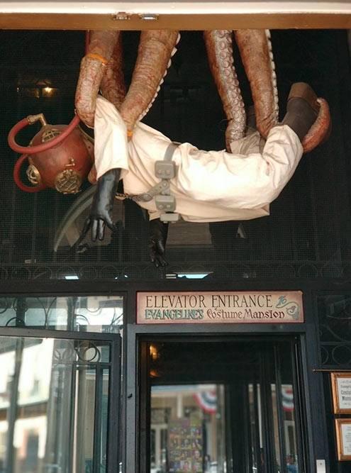 Скафандр и щупальца — необычная скульптура на улицах города
