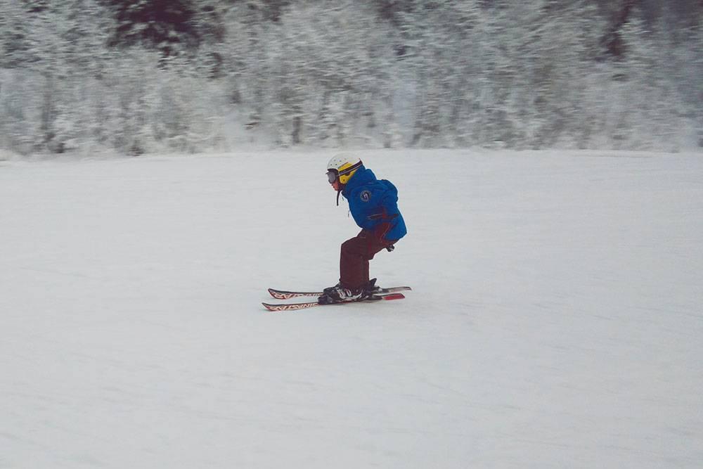 Минимальный набор горнолыжника — ботинки, лыжи, шлем, очки и специальный костюм. Фото из семеного архива Бабиных