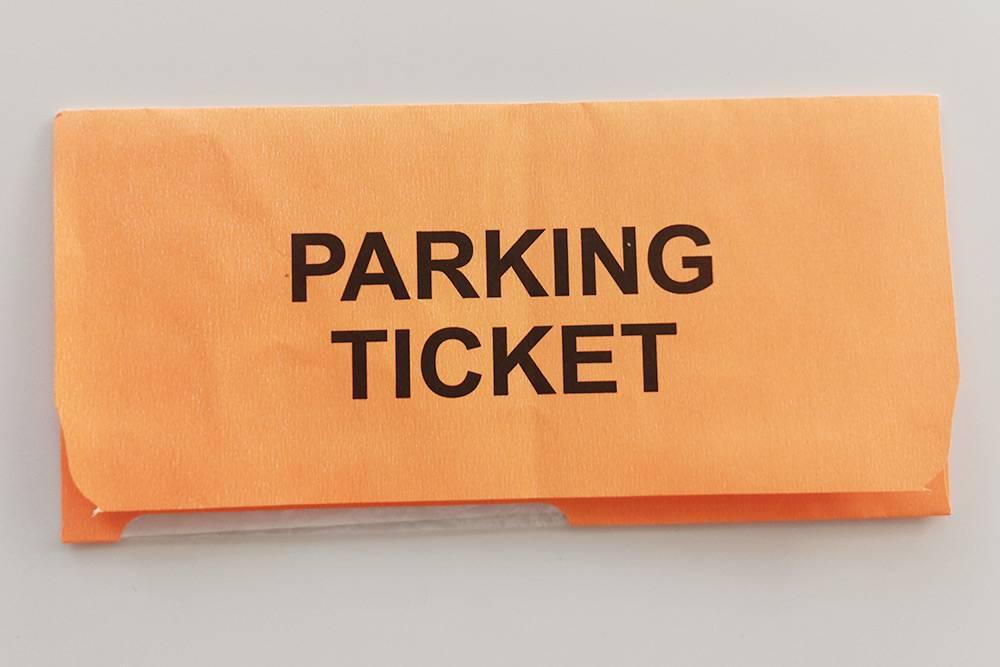Штраф за неправильную парковку кладут в ярко-оранжевый конверт