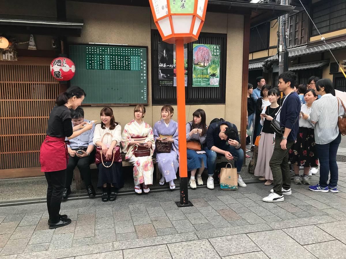 Очередь на вход в японских кафе — обычное дело. У входа почти во все кафе специально стоят лавочки. Это очередь на завтрак в 11 утра воскресенья в квартале Гион в Киото