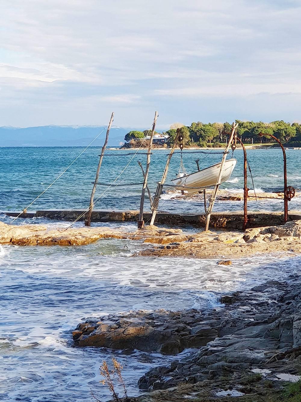 Из-за сильного ветра рыбаки вынуждены поднимать лодки повыше