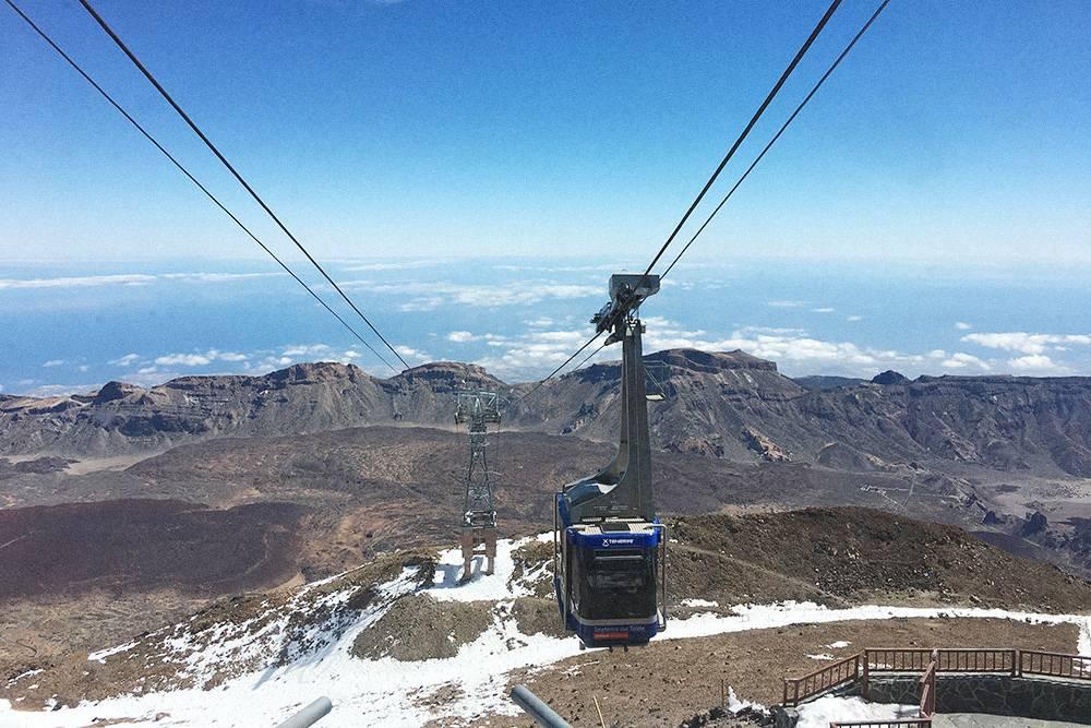 Канатная дорога к вершине вулкана Тейде. Даже не верится, что внизу +28 °C, а здесь лежит снег