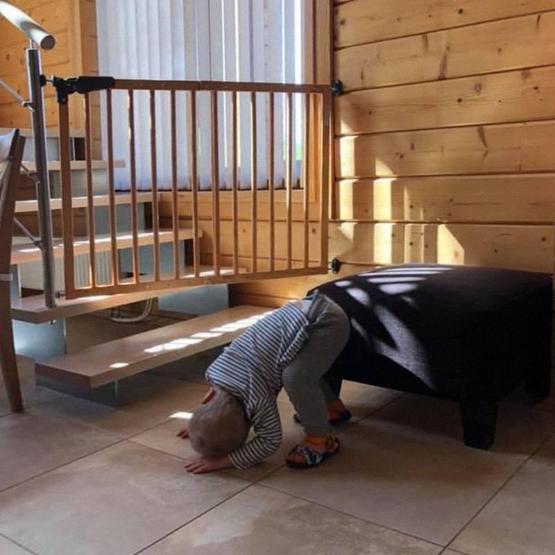 Ворота безопасности не дают ребенку залезть на лестницу и проникнуть в запретные зоны с опасными предметами