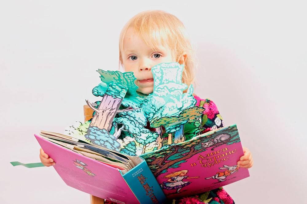В 2 года дочка любила книжки с объемными картинками и даже не пыталась их порвать