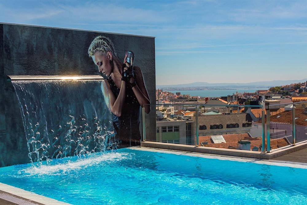 Бассейн на крыше отеля HF Fenix Music. Источник: booking.com