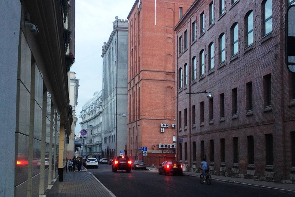 То, что я вижу по пути с работы, когда хожу пешком. Мой любимый переулок, Милютинский. Люблю его за строгие дома из красного кирпича