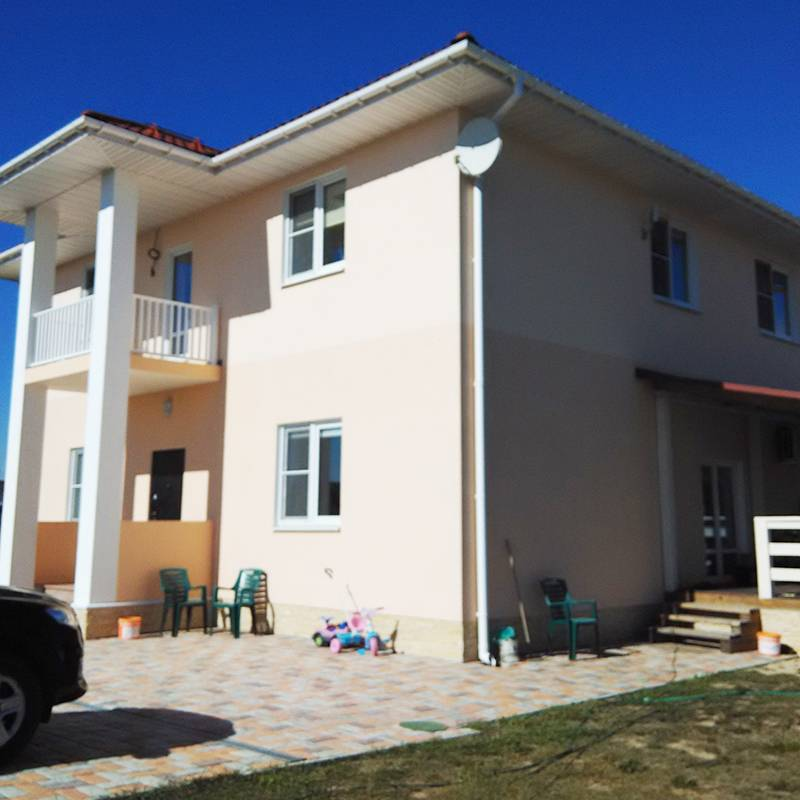 В итоге мы построили двухэтажный дом площадью 200м² с шестью спальнями, в котором места хватило всем