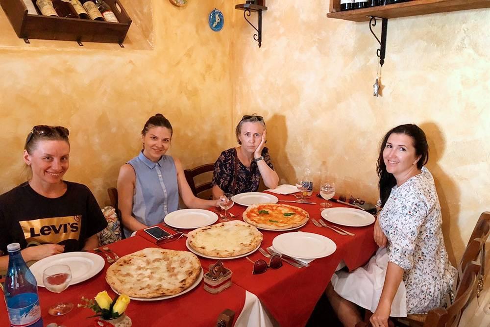 В пиццерии на окраине Вольтерры заказали три пиццы на пятерых. Официант удивленно уточнил, действительно ли нам только три, а не пять