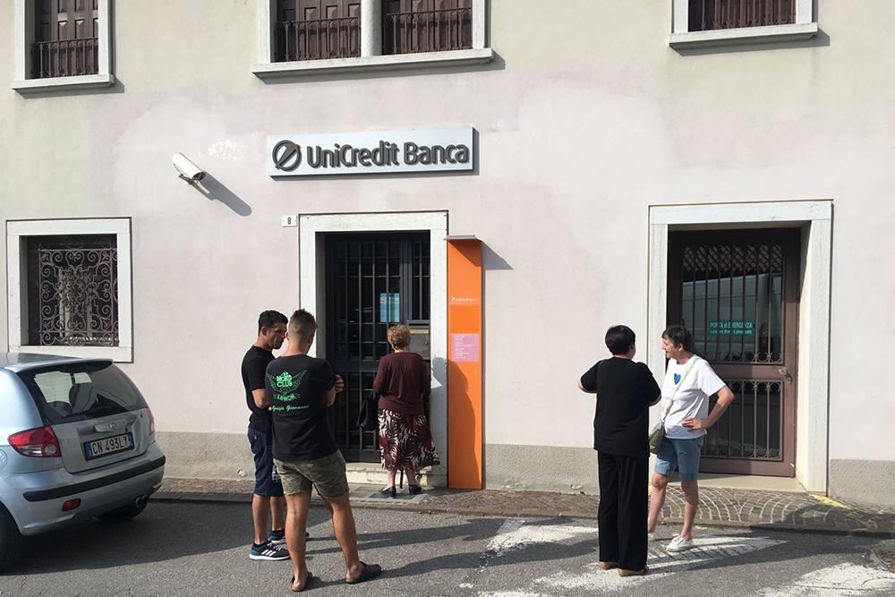 Маленькое отделение банка и банкомат в Ламоне