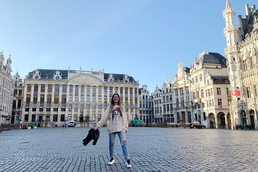 Я переехала в Брюссель в 2020году. На фото я на площади Гран-Плас со старинными постройками. В доме справа Карл Маркс писал свой «Капитал»