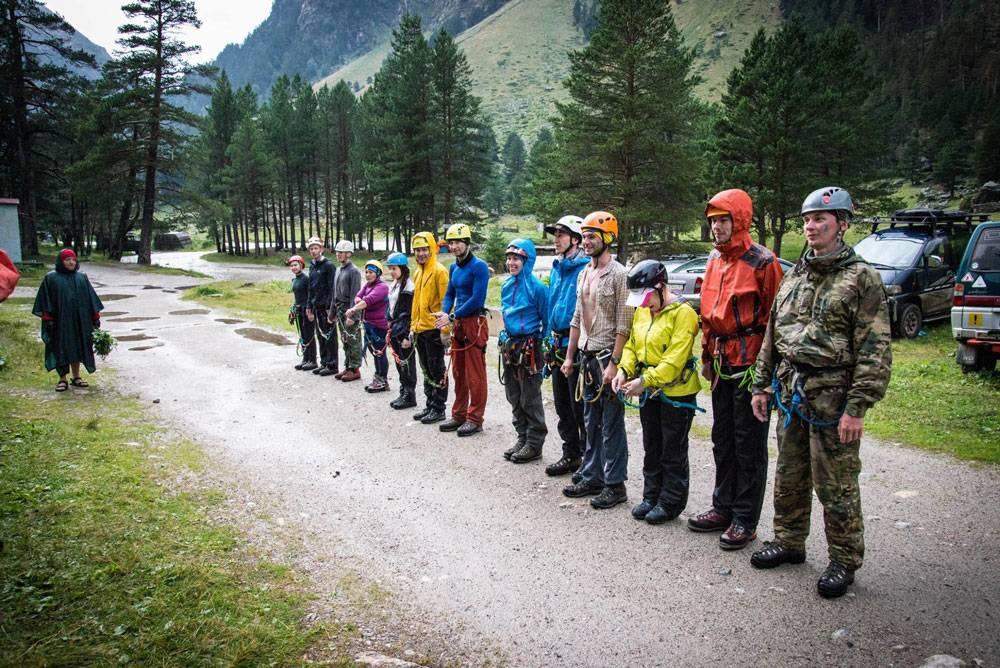 Даже опытным альпинистам нужна команда: вдали от цивилизации может случиться что угодно