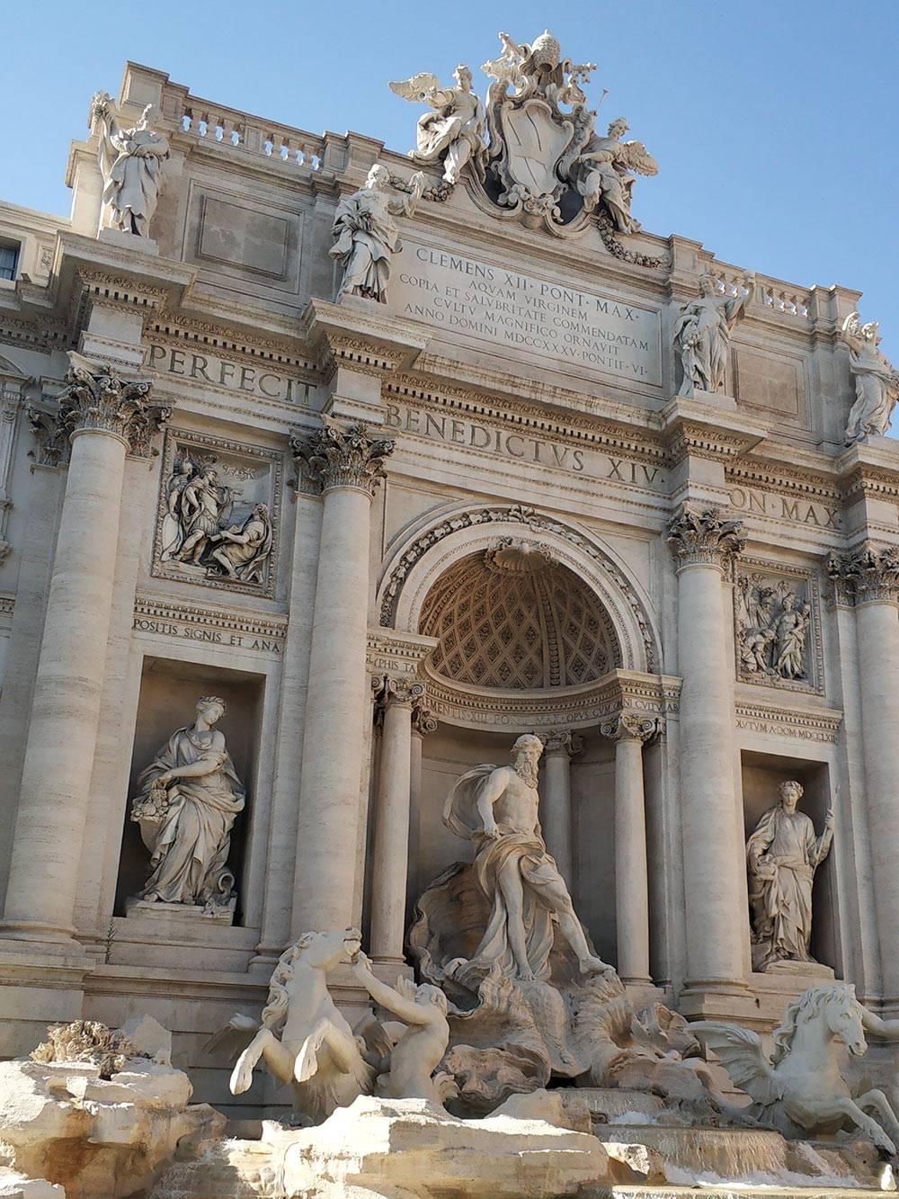 Если влезть в первый ряд туристов, можно сфотографировать фонтан безлюдей