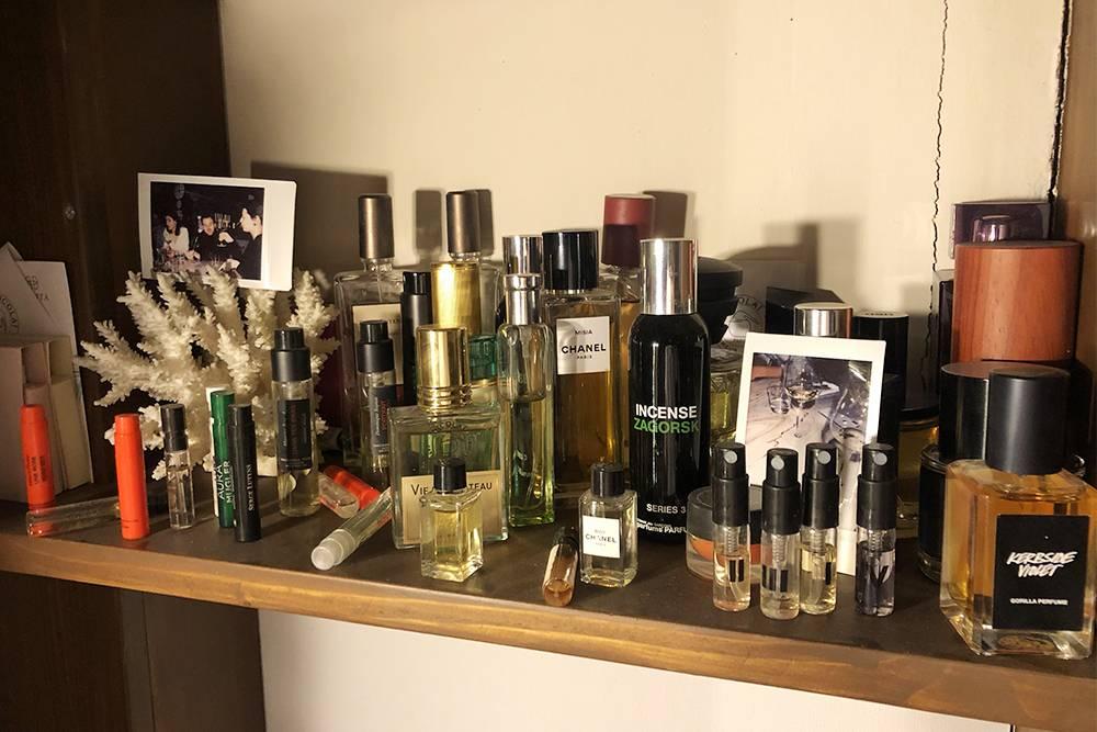 Полки с парфюмом. По ним видно, что я не особо гонюсь за размерами флаконов