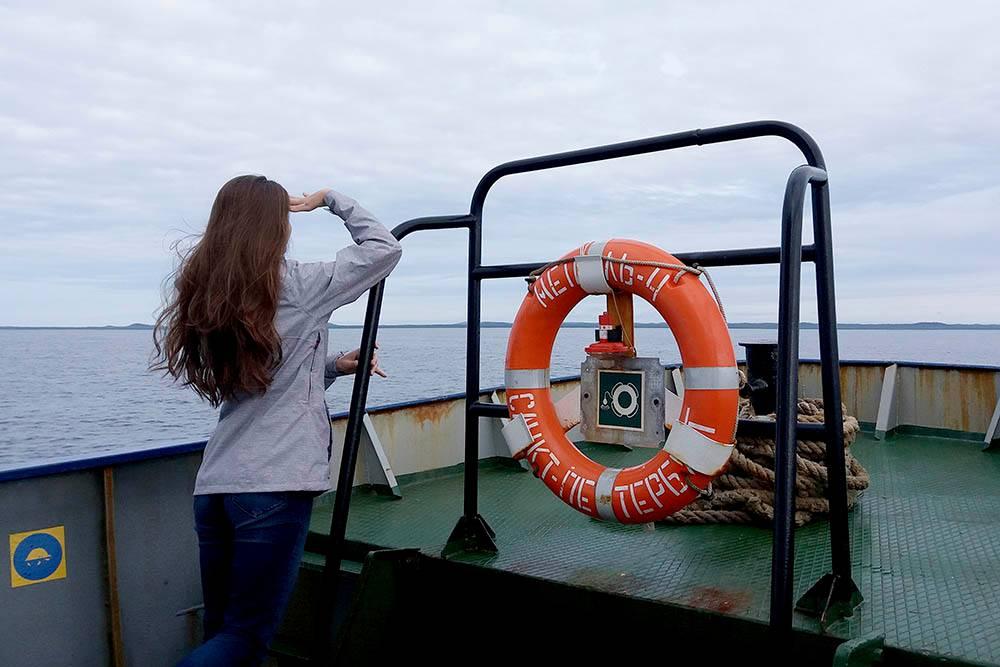 У теплохода «Метель» есть кормовая палуба. Капитан разрешает на нее выходить, но из-за сильного ветра на ней невозможно долго стоять