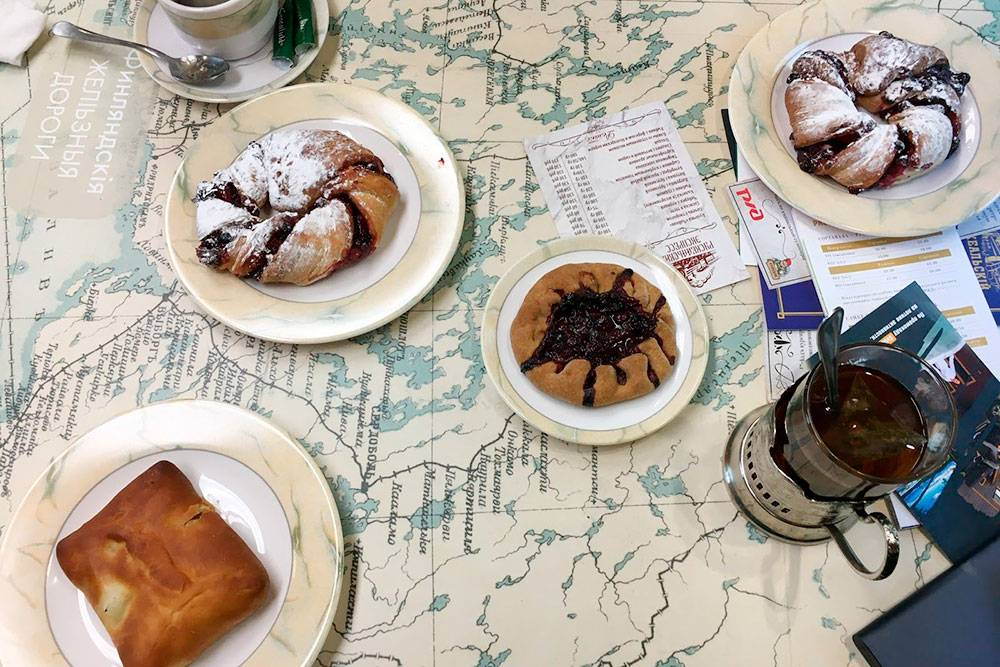 Чай в поезде подают бесплатно, зато один пирожок стоит в среднем 100<span class=ruble>Р</span>. В меню рыбник с форелью и карельские пирожки калитки. Фото: Григорий Мартишин