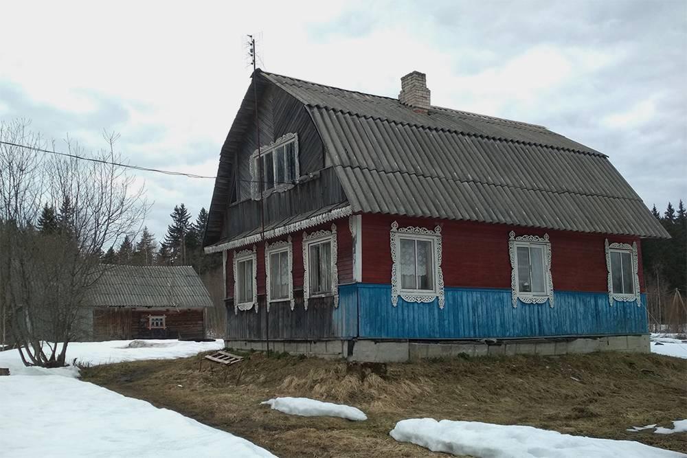 Это наш дом весной 2019года, до ремонта. Фундаментные блоки вывалились, вагонка почернела