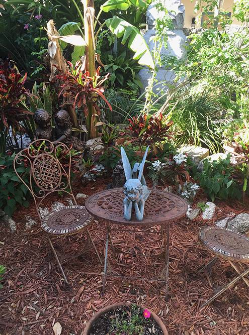 В саду пришколе есть старинная мебель и фигурки