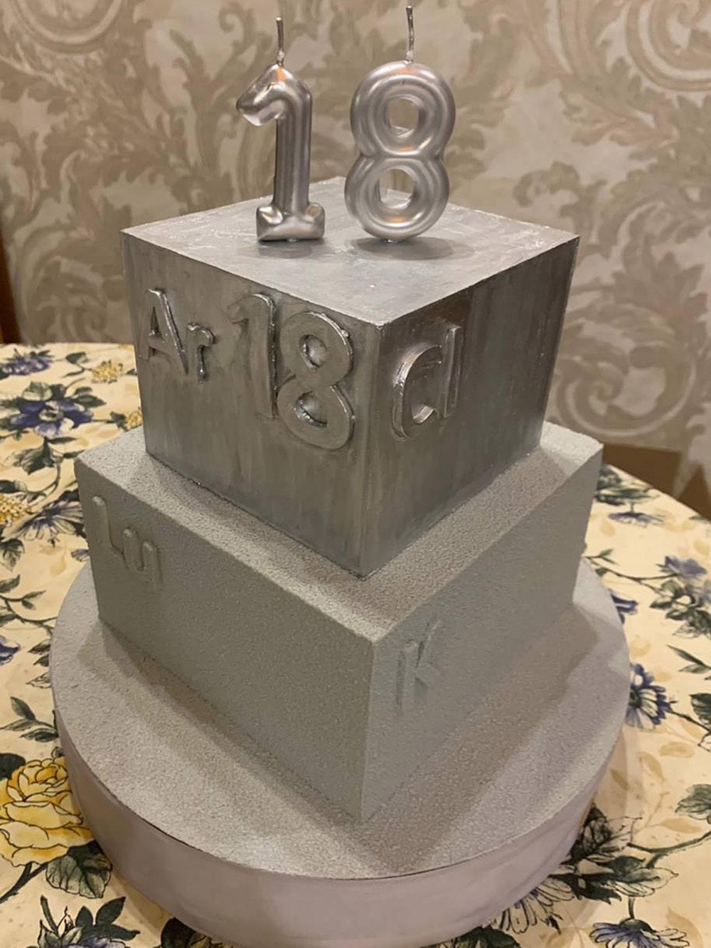 Поделюсь с вами фото торта. Выглядит не супер, но интересно, на вкус вполне хорош. Разумеется, мне достался не весь торт, а только кусочек