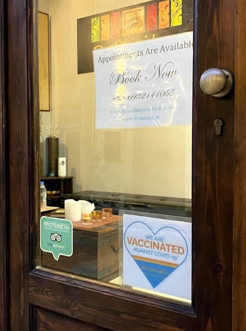 На дверях некоторых заведений висят объявления о том, что персонал прошел полный курс вакцинации