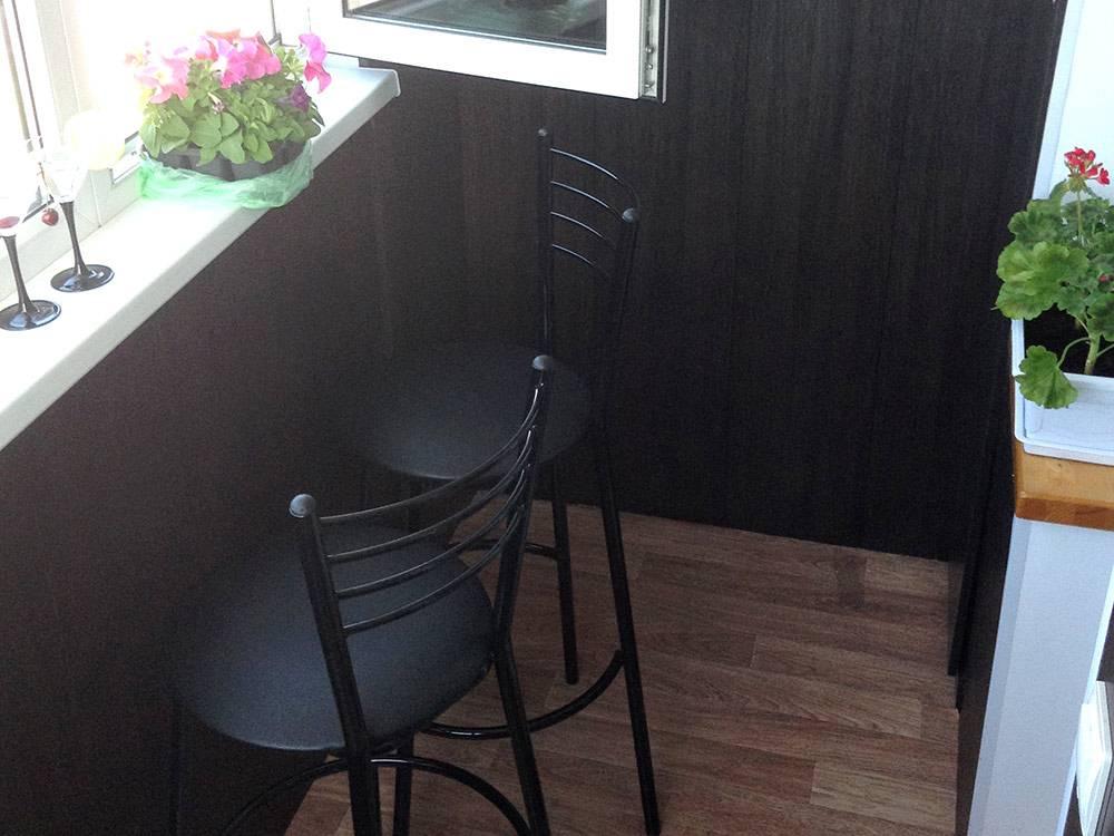 Барные стулья я купила в «Максидоме» по 1500<span class=ruble>Р</span> за штуку, цветочки — в «Ленте» по 350<span class=ruble>Р</span>