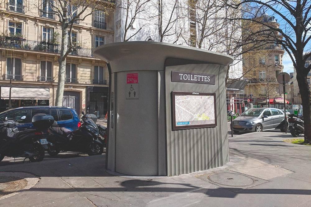 На каждой кабинке есть карта, на которой отмечены ближайшие туалеты, на случай, если этот закрыт на ночь или не обслуживается