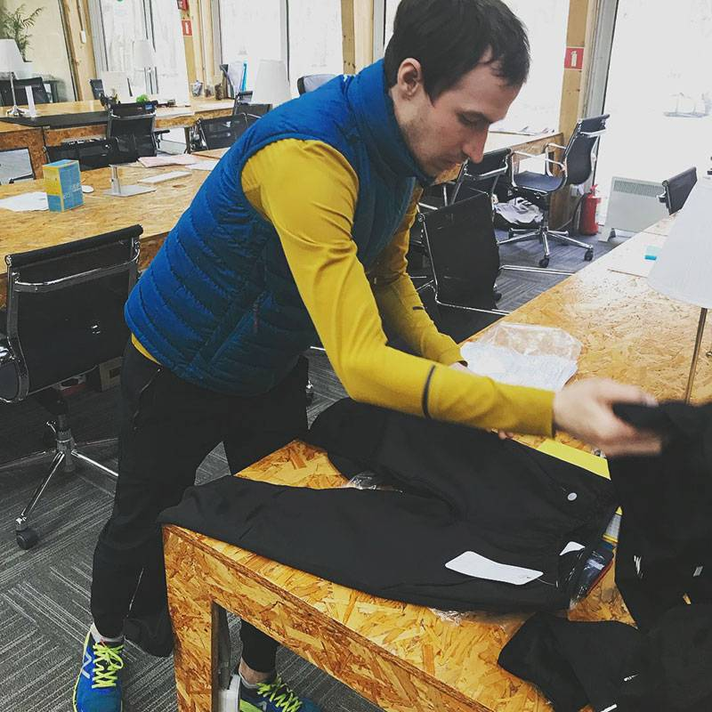 Григорий делает замеры, чтобы поменять некоторые элементы в брюках