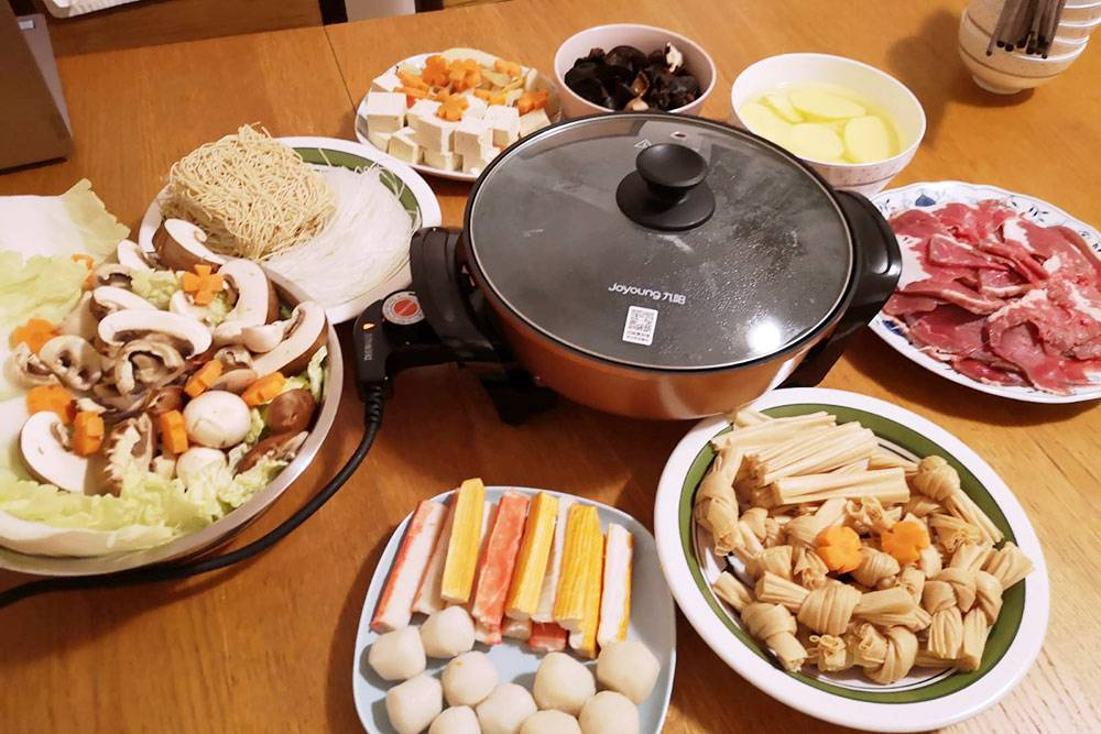 Если для китайцев хот-пот — просто способ приготовления горячих закусок, то дляменя и моих европейских сокурсников это оказалось целым увлекательным представлением